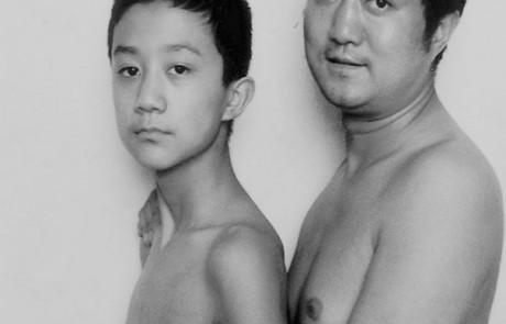 אבא הצטלם עם בנו במשך 28 שנים באותה פוזה – מי התבגר יותר?