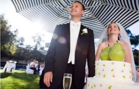 לאשתו הטריה של החתן הזה יש שני אגסים. הוא נראה מבסוט לא?