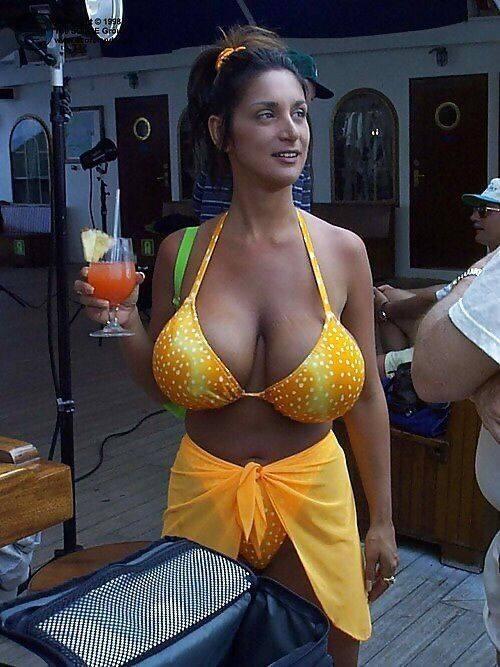 אשה עם חזה גדול