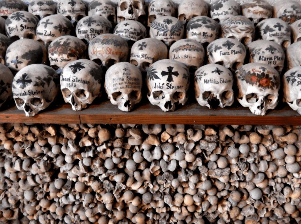 בית העצמות בהאלשטאט שבו קבורים מאות תושבים מקומיים