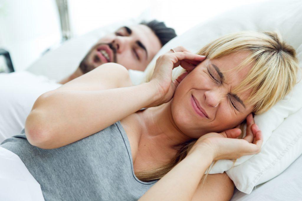 אשה לא יכולה להירדם בגלל שבעלה נוחר