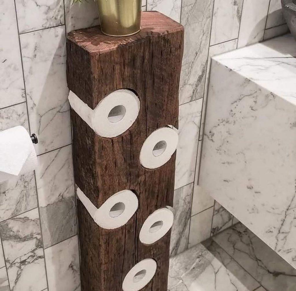 מעמד מעץ לאיחסון נייר טואלט בשירותים