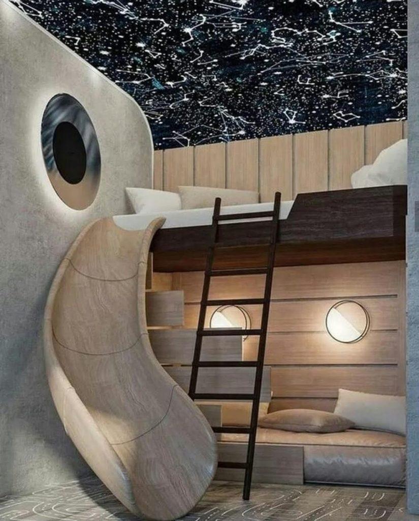 מיטת קומותיים מעץ ומגלשה וסולם