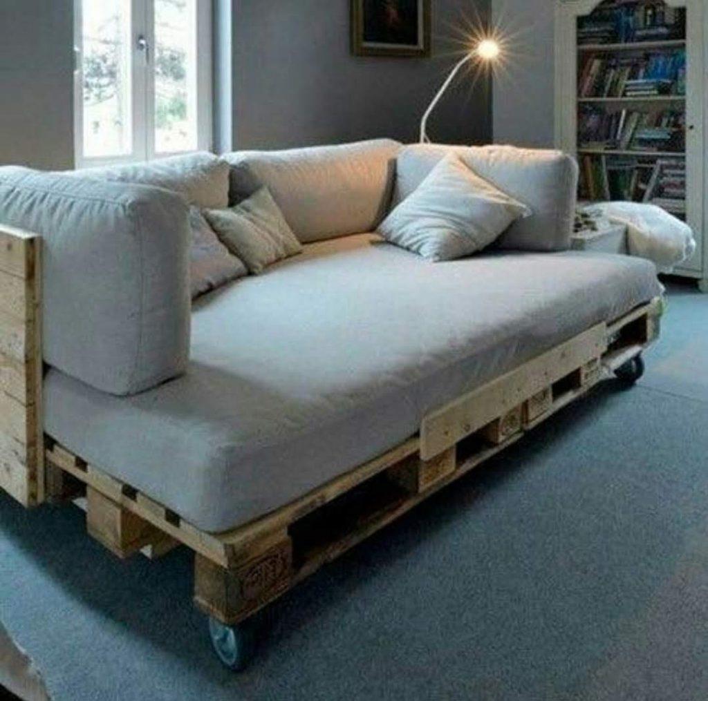 ספה לסלון מבסיס של עץ על גלגלים