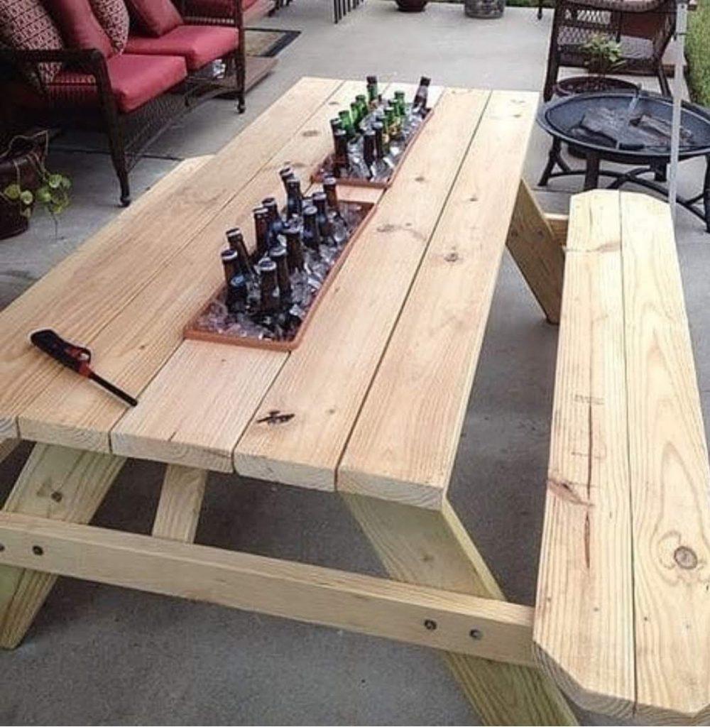ספסל מעץ לגינה עם אדניות כדי לשים קרח ובירה