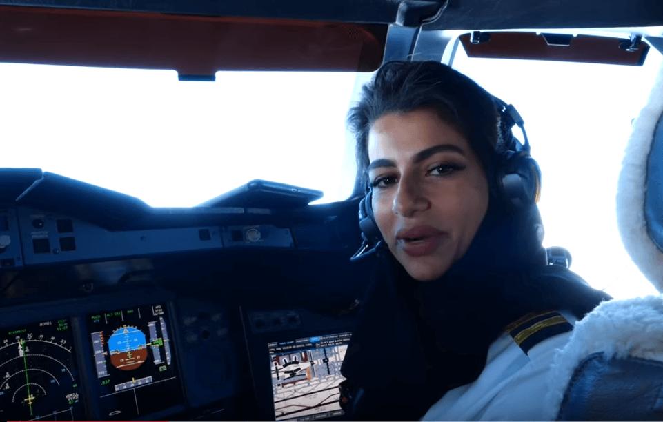 טייסט צעירה מטיסה מטוס נוסעים גדול