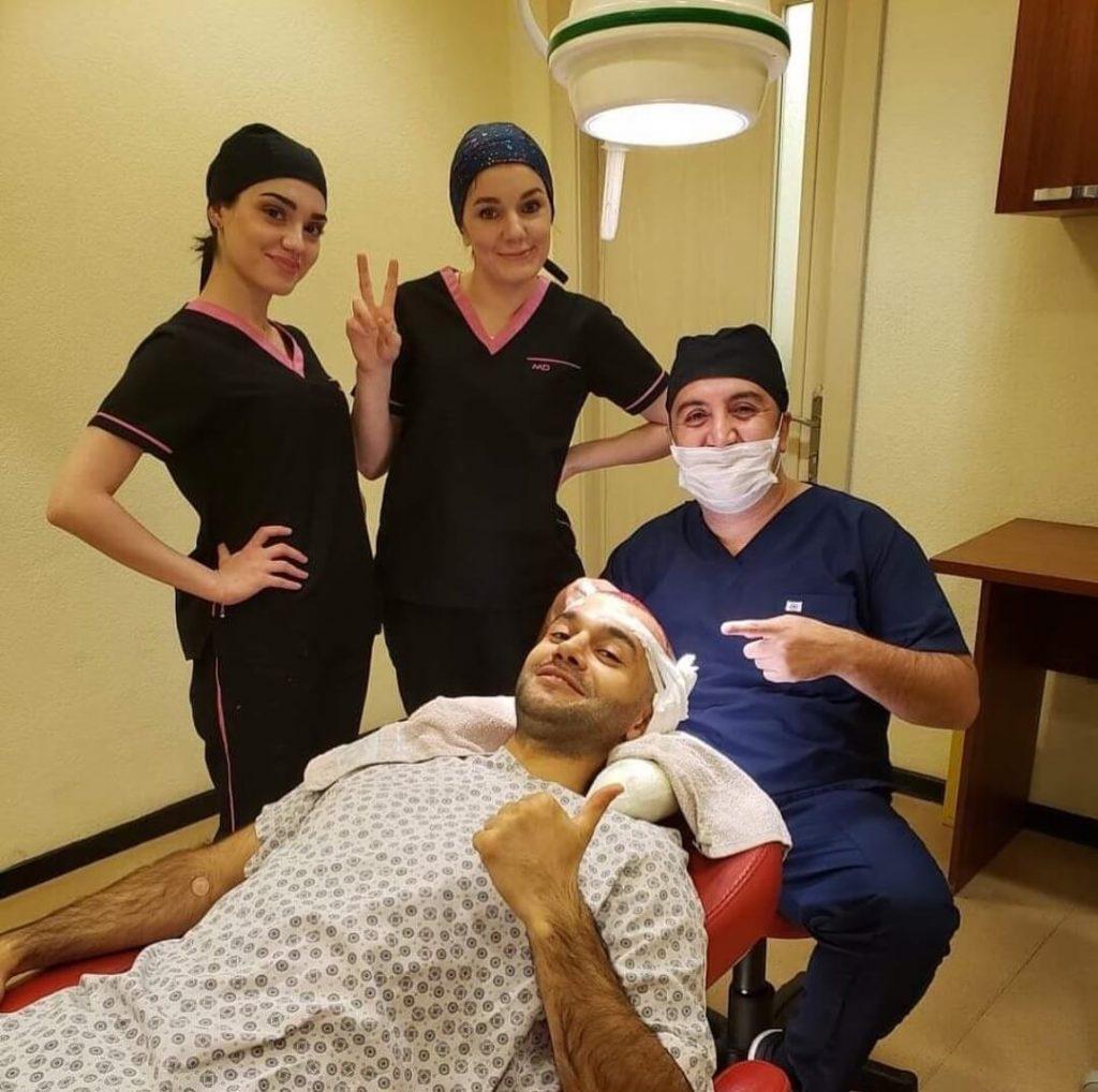 רופא וצוות מטפלים בלקוח של השתלת שיער בטורקיה