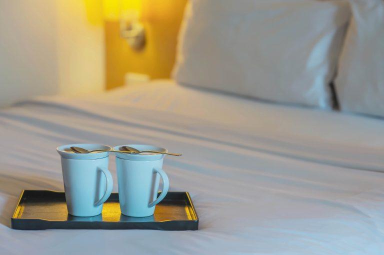 קפה פינוק על מיטה בבית מלון
