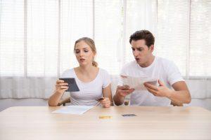 זוג לא כועס מנסה לקבל משכנתא למוגבלים