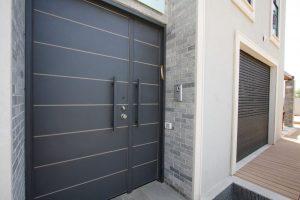 דלתות חוץ לכניסה לבית