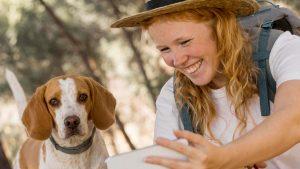 אישה בנופש עם כלב