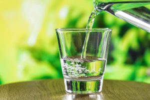 מים מטוהרים בכוס