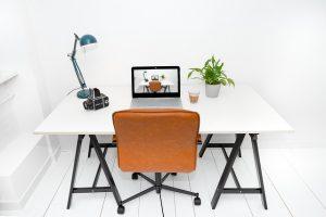 שולחן כסא ומחשב