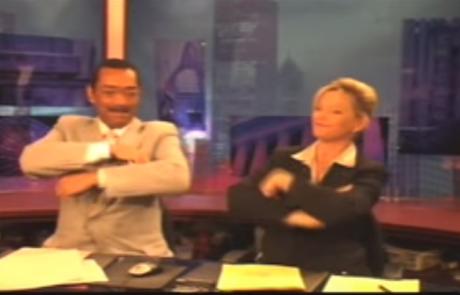 תראו מה מגישי החדשות בטלויזיה האמריקנית עושים בזמן הפרסומות. למות מצחוק!