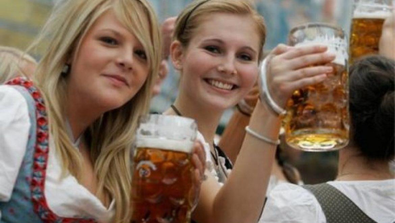 באוקטוברפסט שותים המון בירה. מי לדעתכם שותה יותר?