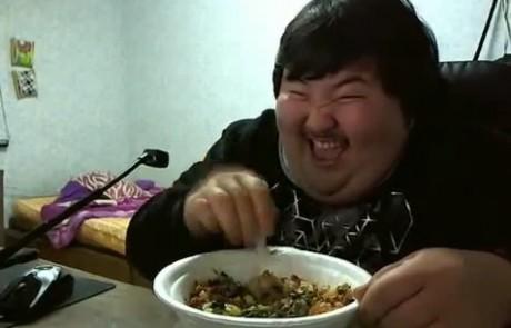 בחור שמן מקוריאה לא מפסיק לצחוק ולאכול – מטורף לגמרי
