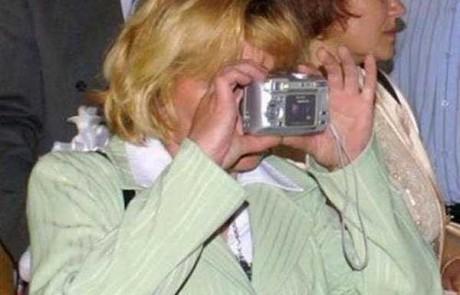 העליה הגדולה מברית המועצות 1993 – לודמילה מצלמת תמונה במצלמה ללא פילים בפעם הראשונה