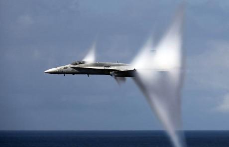 24 תמונות של מטוסי קרב F-18 HORNET בשנייה שחוצים את מהירות הקול!
